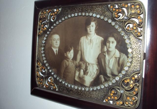 Bedri Pejani me gruan Sadete Pashallari-Pejani (ulur) dhe vajza Neziha e djali Genc Pejani