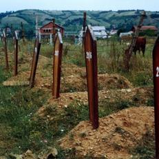 Varre t� pa identifikuara n� nj� varrez� n� Kosov�n jugore n� vitin 1999. Foto: Human Rights Watch/Fred Adams.