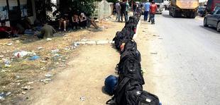 Emigrant� n� pritje t� fatit t� tyre n� Kosov�. Foto nga Valerie Hopkins